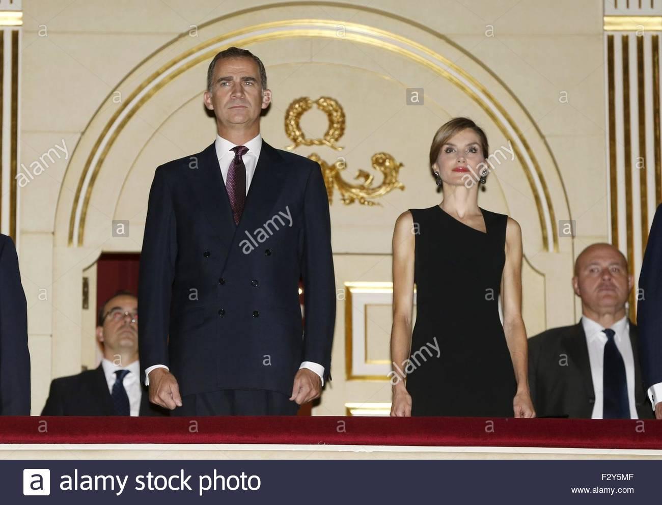 epa04943955-spanish-king-felipe-vi-l-and-queen-letizia-r-attend-the-F2Y5MF.jpg