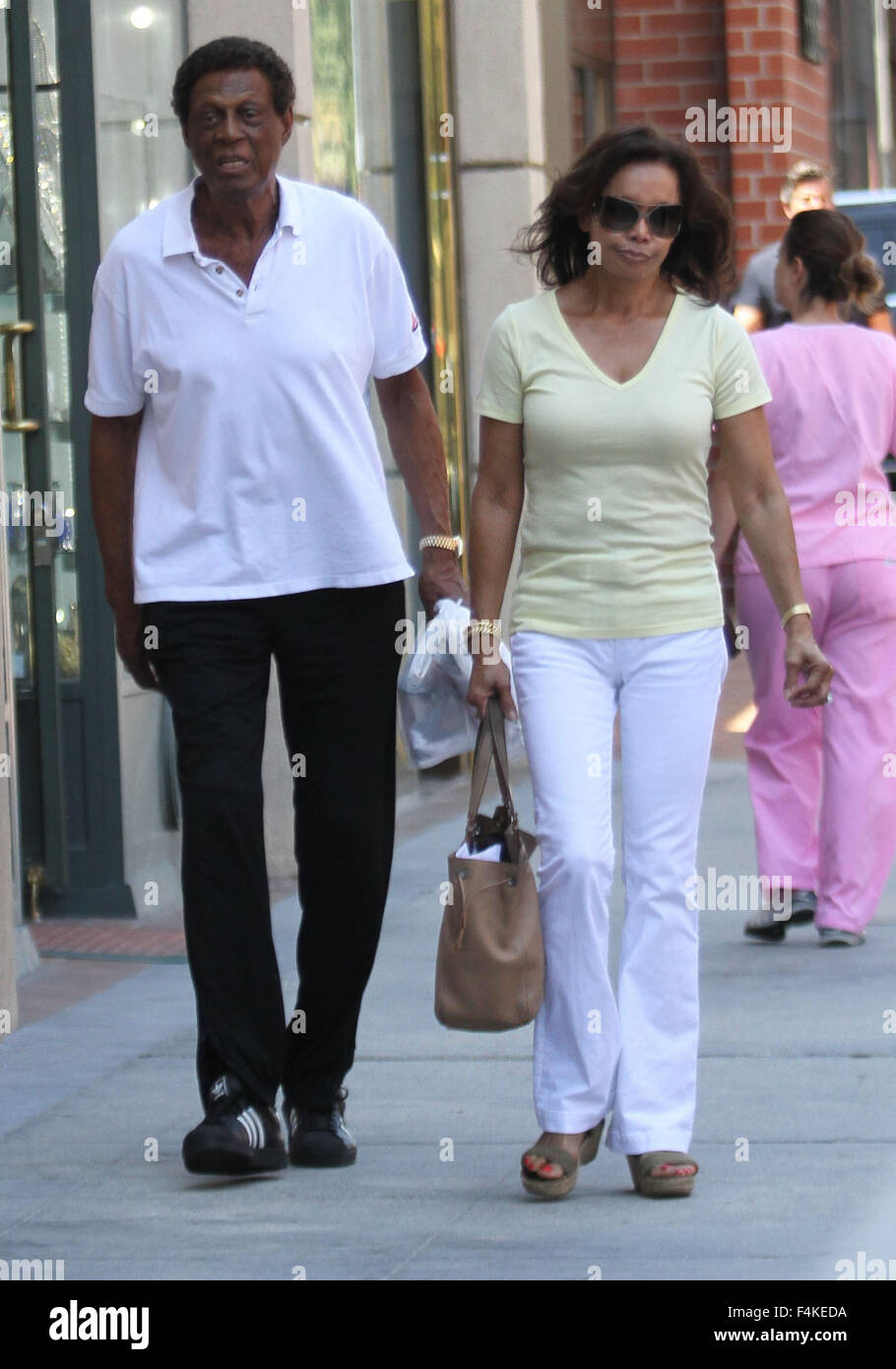 Former Clippers executive Elgin Baylor out and about in Beverly