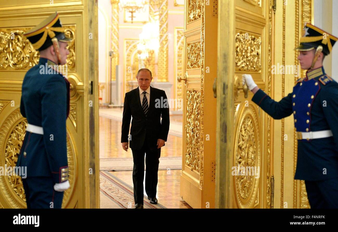 Kremlin honor guard open the golden doors for Russian President Vladimir Putin at a Kremlin ceremony October 20 2015 in Moscow Russia. & Kremlin honor guard open the golden doors for Russian President ... Pezcame.Com