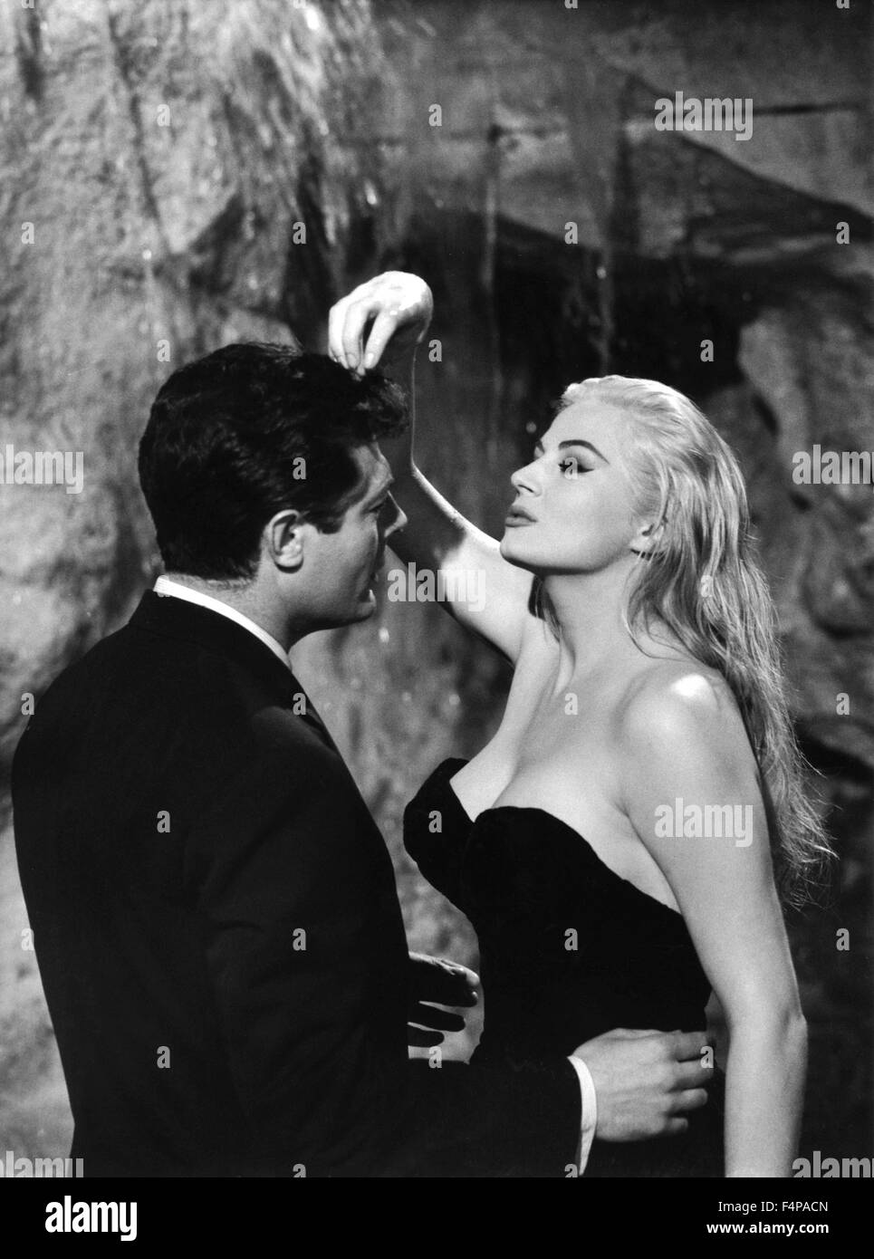 marcello mastroianni anita ekberg la dolce vita 1960 directed by stock photo 89001605 alamy. Black Bedroom Furniture Sets. Home Design Ideas