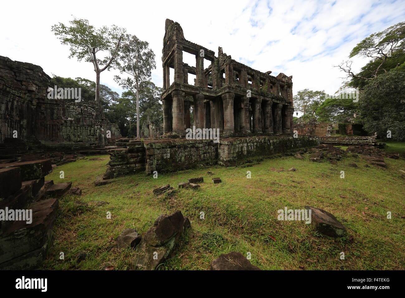 ultra-wide-angle-shot-of-ruin-in-angkor-