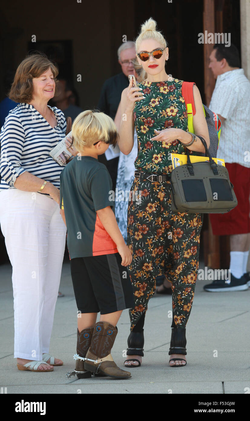Gwen Stefani, Wearing No Wedding Ring, Is All Smiles As She Goes To Church  On Sunday Afternoon With Her Family Featuring: Gwen Stefani Where: Los  Feliz, ...