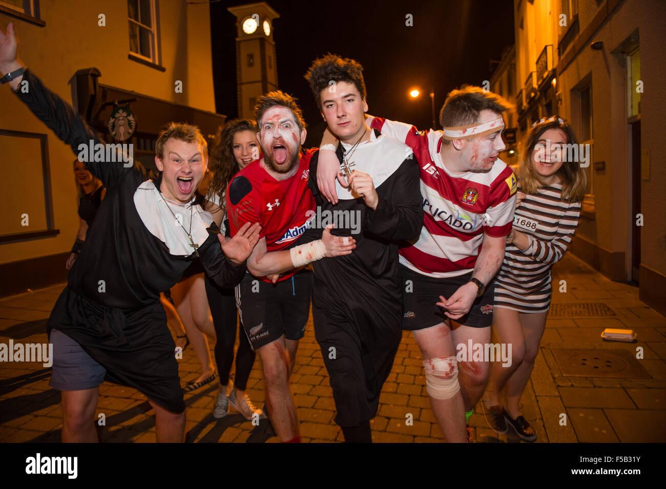 Aberystwyth, Wales, UK. 31st October, 2015. Groups of university ...
