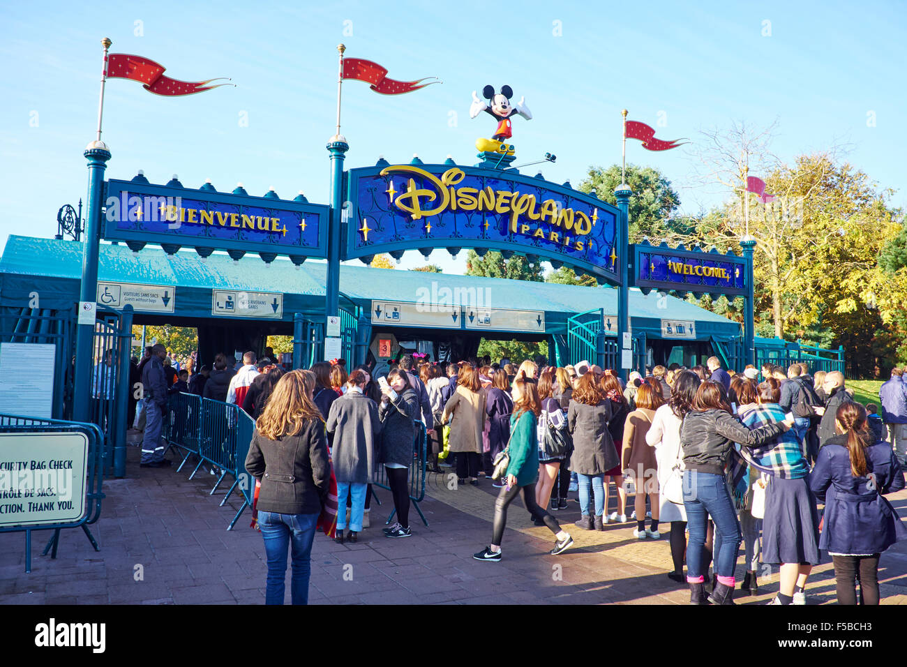 queuing to enter disneyland paris marne la vallee chessy france stock photo royalty free image. Black Bedroom Furniture Sets. Home Design Ideas