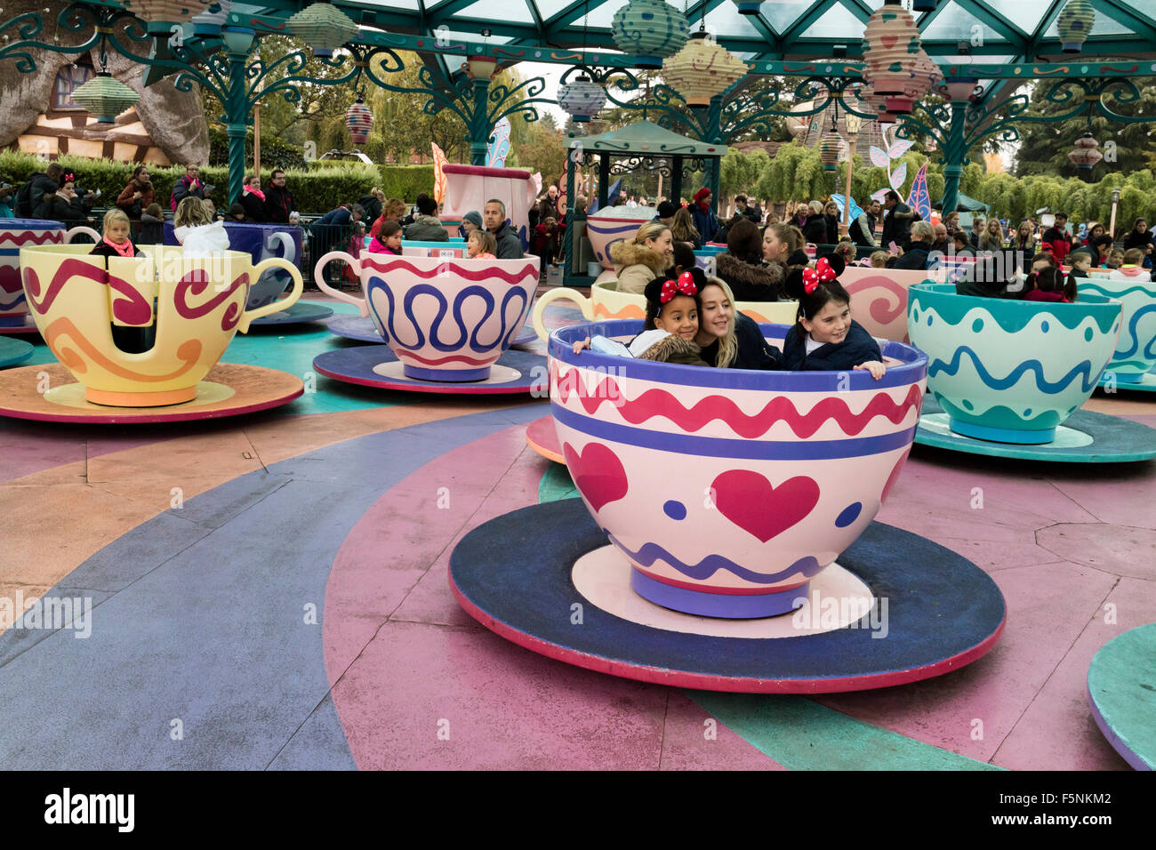 The mad hatter 39 s tea cups disneyland paris theme park for Amusement parks in paris