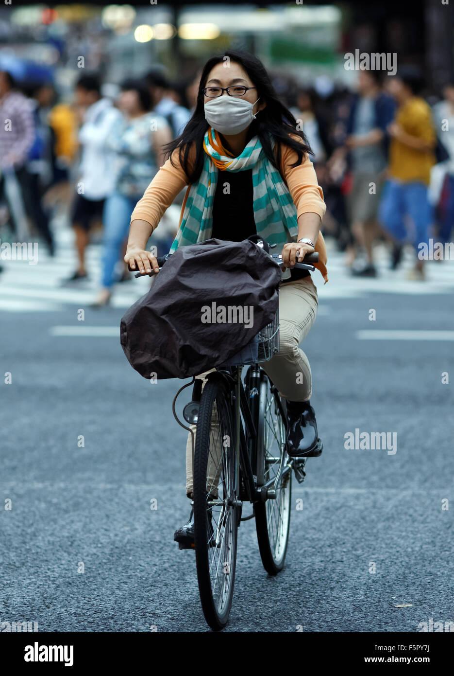 japanese-woman-wearing-face-mask-F5PY7J.