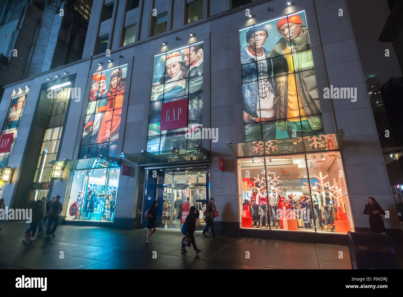 a gap store on fifth avenue in new york is ready for the christmas