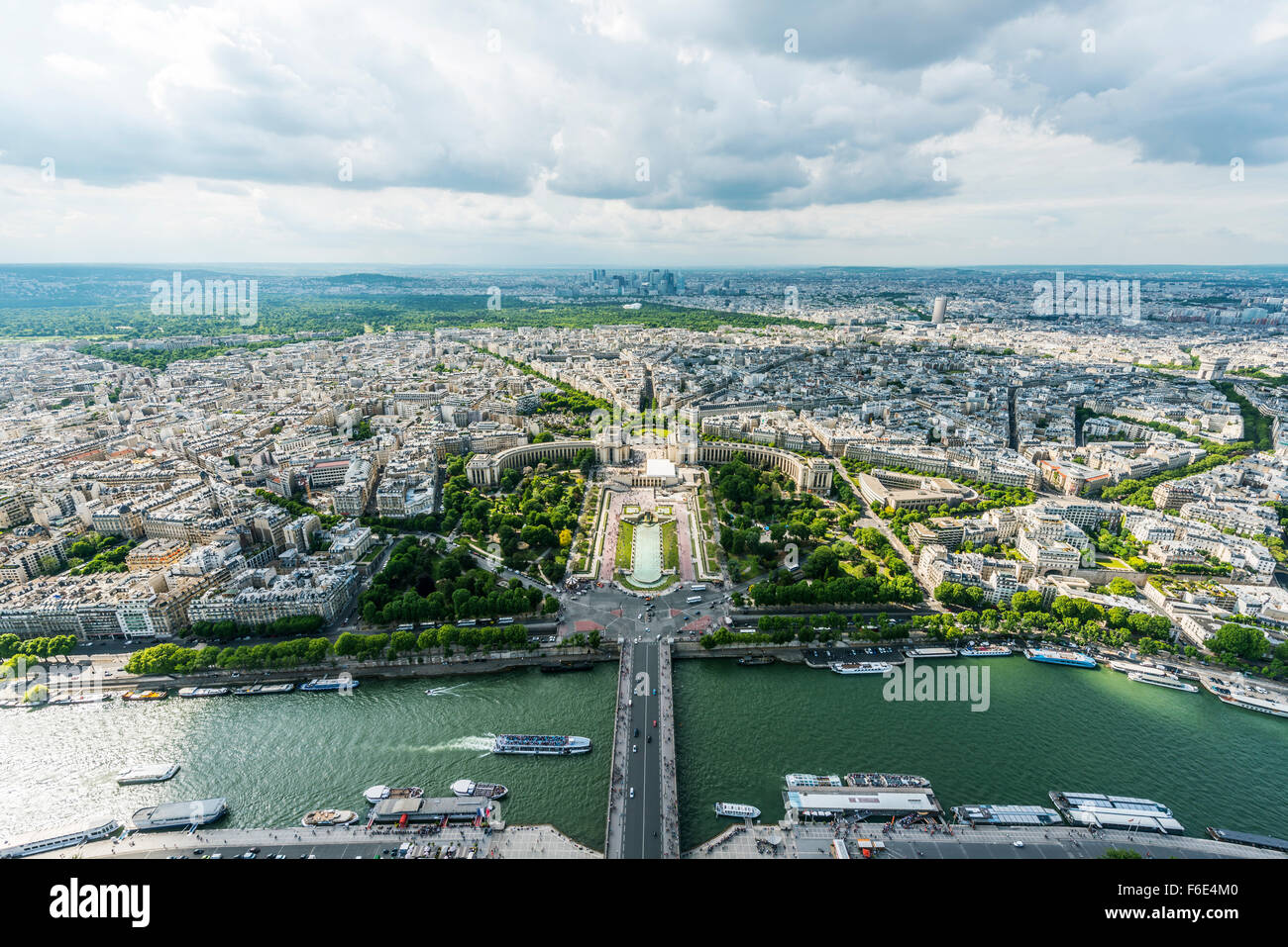 View from eiffel tower jardins du trocad ro place du for Aquarium de paris jardin du trocadero