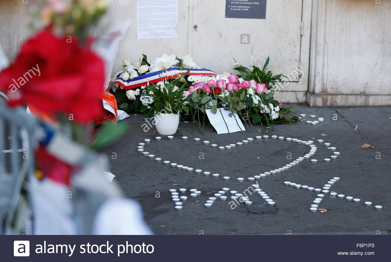 http://c8.alamy.com/comp/F6P1P3/epa05026796-a-heart-sign-with-peace-during-a-vigil-near-the-bataclan-F6P1P3.jpg