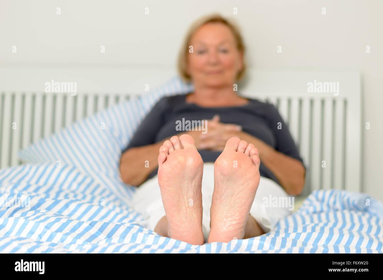 彼女の成熟した足の慈悲で