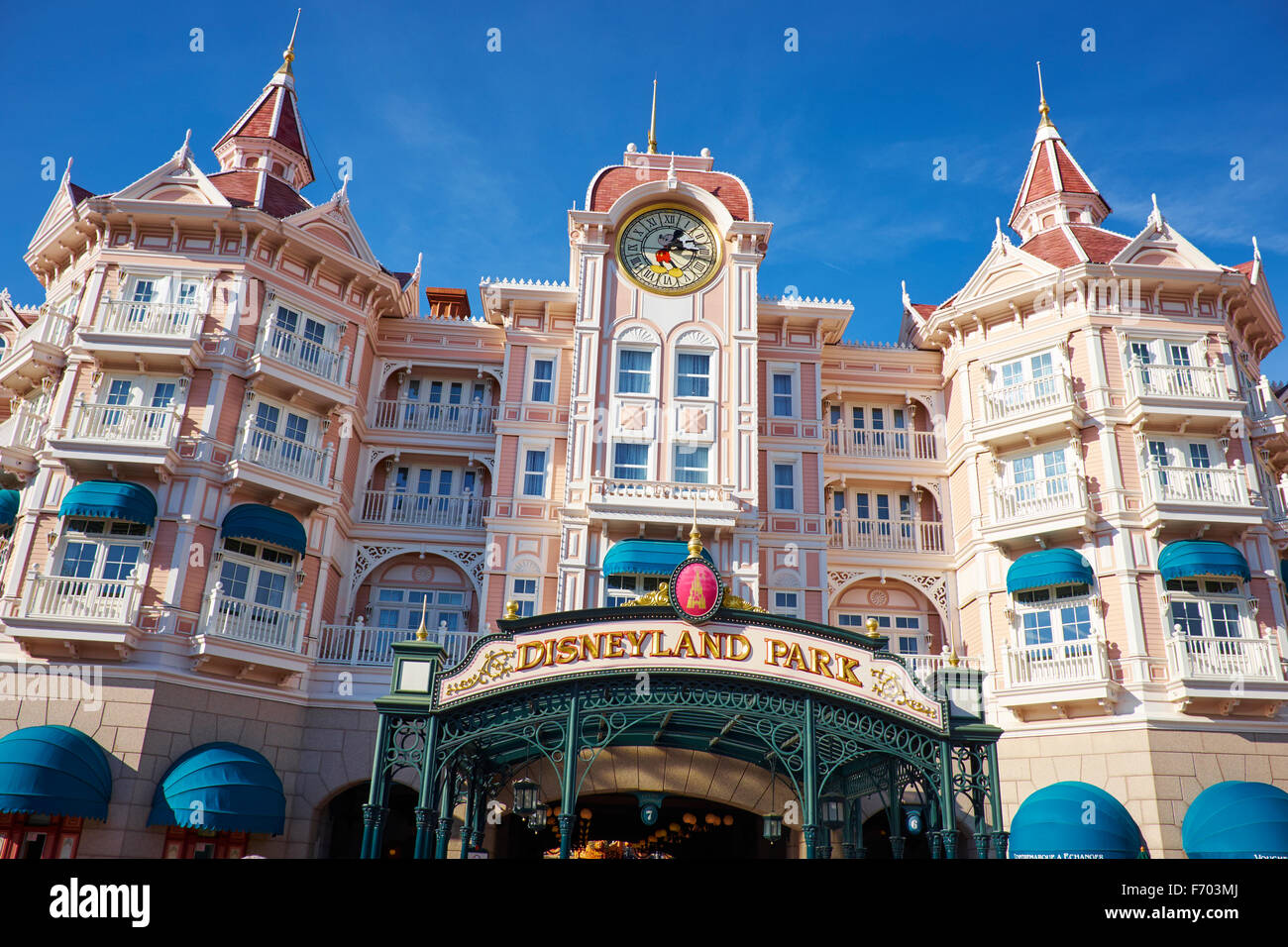 the disneyland hotel and entrance to disneyland paris marne la vallee stock photo 90357362 alamy. Black Bedroom Furniture Sets. Home Design Ideas