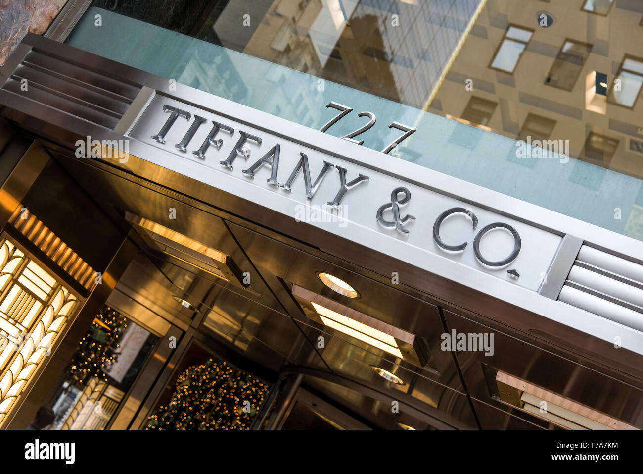 Tiffany and co jewelry store fifth avenue manhattan for Jewelry stores in new york ny