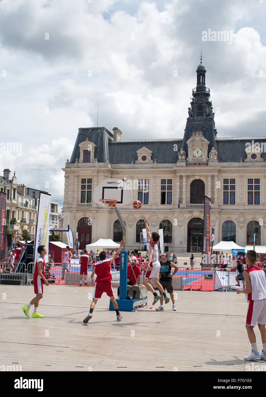 Basketball tournament in the place de la mairie poitiers for Vienne poitiers