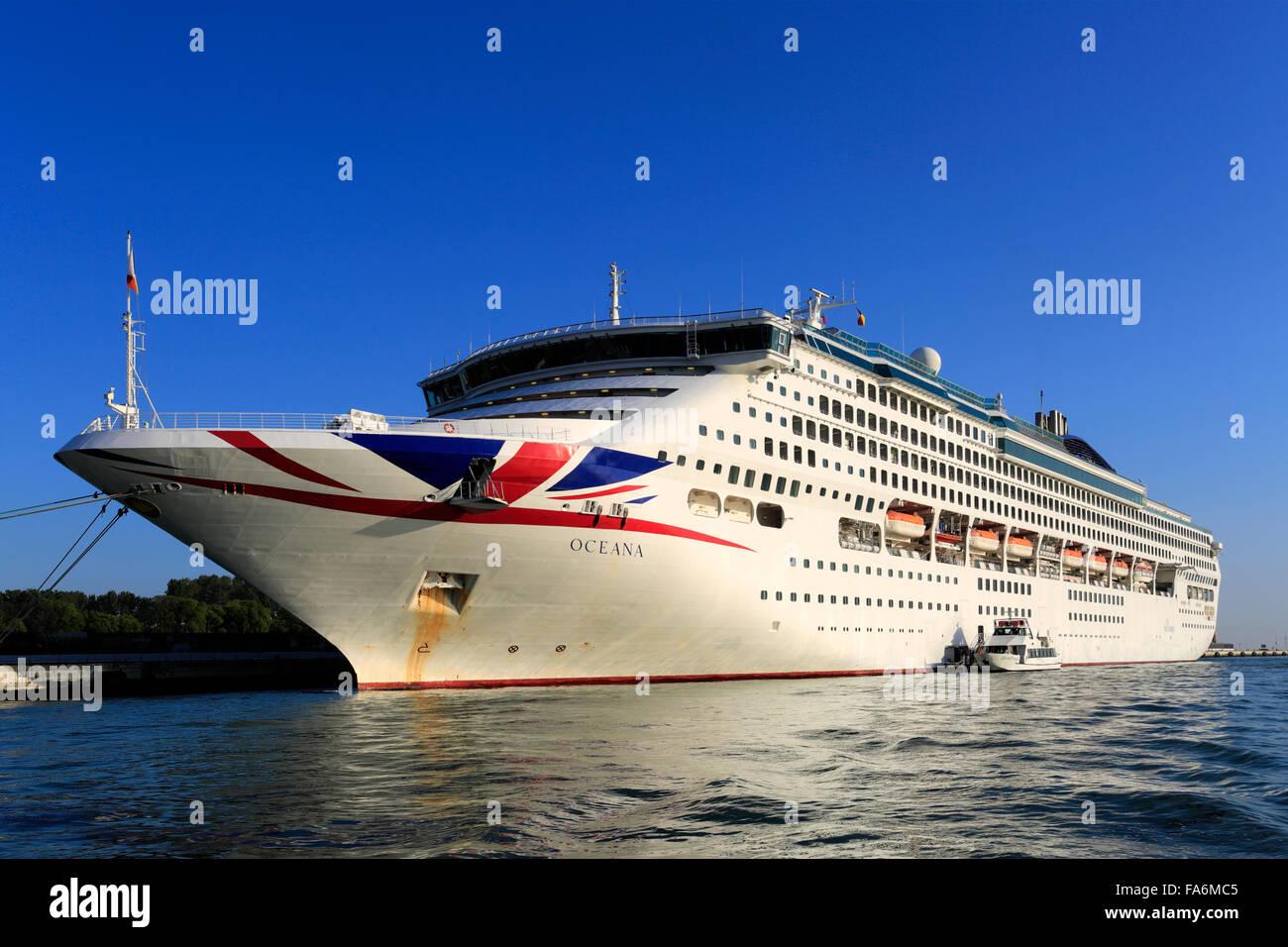 P And O Cruise Ship Oceana Cruising Into The Grand Terminal - Oceana cruise lines