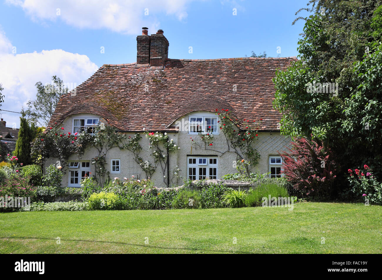 Quaint traditional English Village Cottage and garden with ... Quaint English Cottages