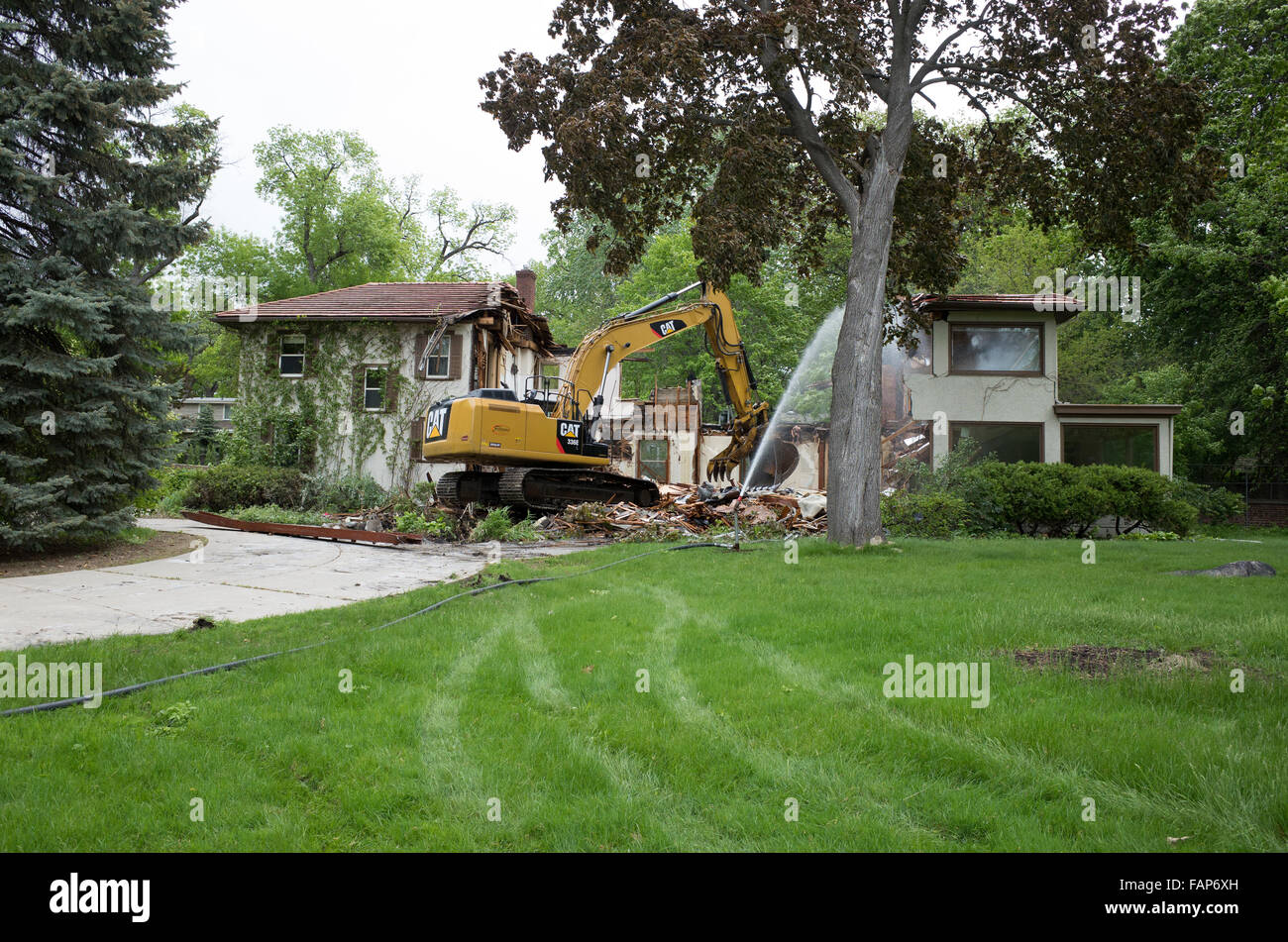 demolition and excavation of city teardown house with a cat 336e