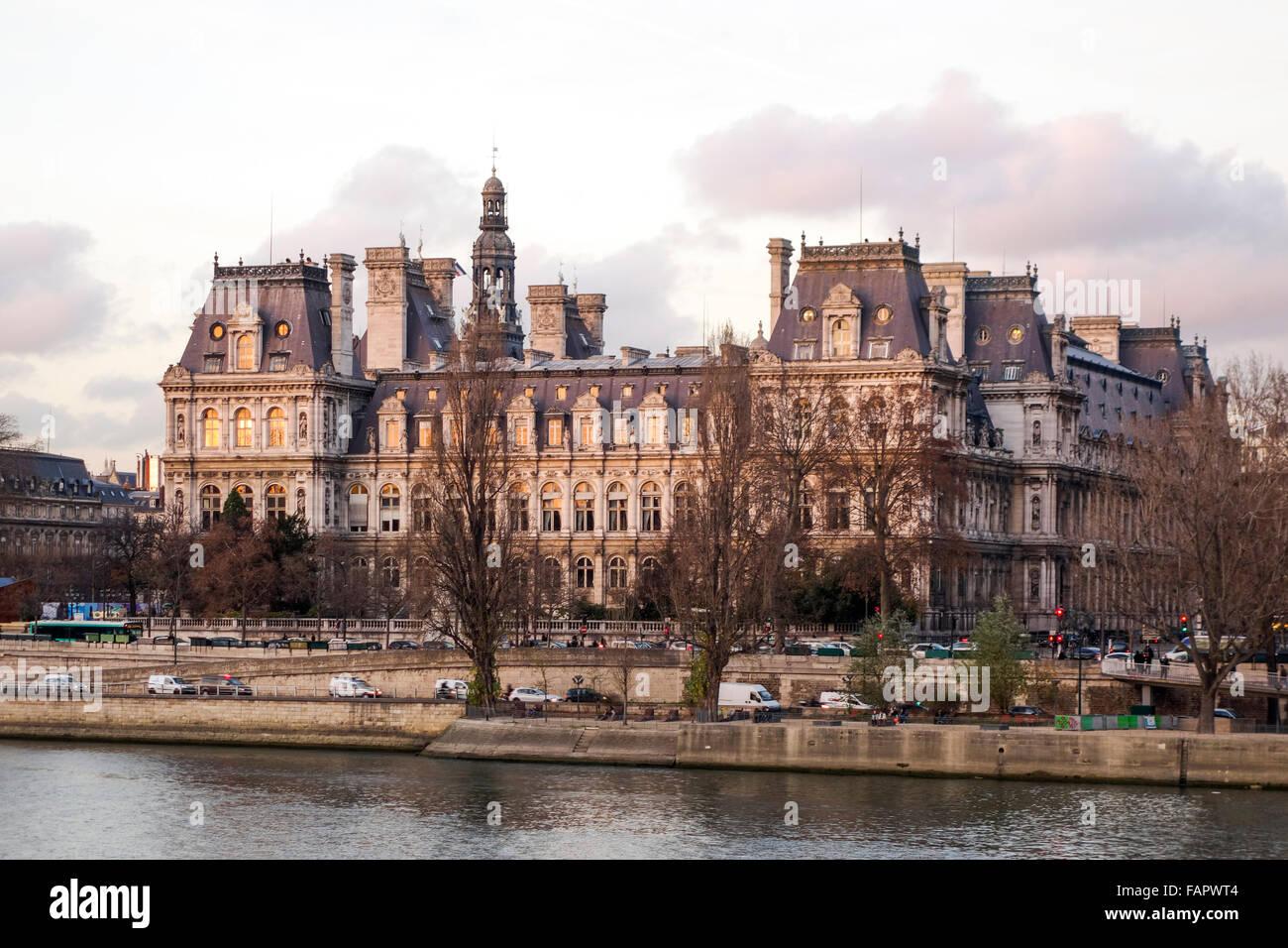 Hotel de ville from ile de la cite at sunset in paris for Hotel design piscine ile de france