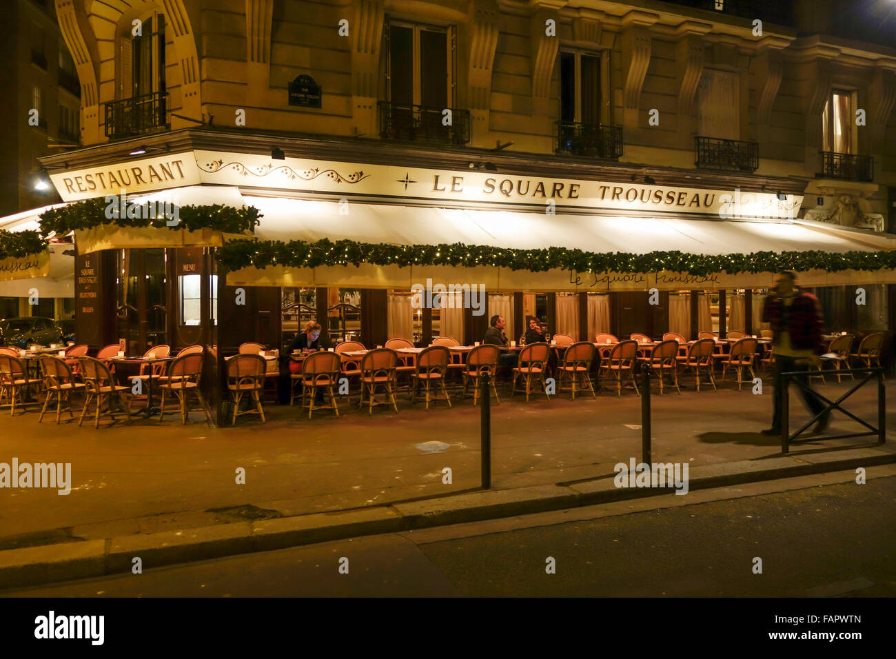 Le square trousseau restaurant at night with outside for Restaurant with terrace
