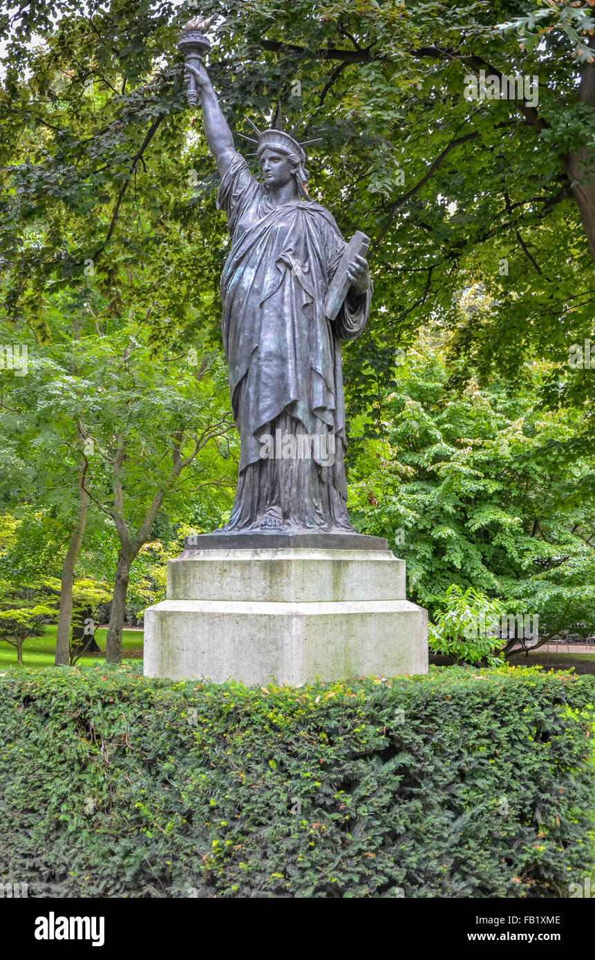 Replica of statue of liberty luxembourg garden paris - Jardin du luxembourg statue of liberty ...