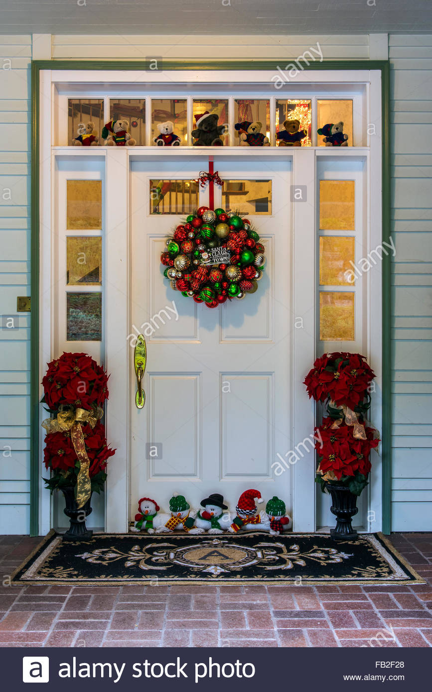 A Christmas wreath hangs on a white door of an American house : door hangs - pezcame.com