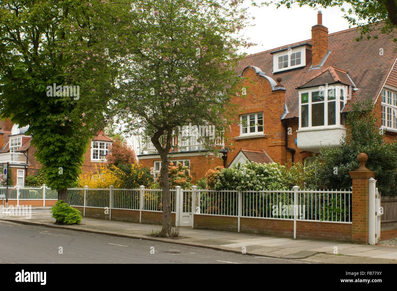 Arts and crafts style red brick houses in bedford park for Arts and craft homes