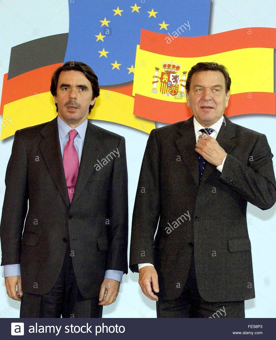 ¿Cuánto mide José María Aznar? German-chancellor-gerhard-schroeder-r-adjusts-his-tie-as-spanish-premier-FE58P3