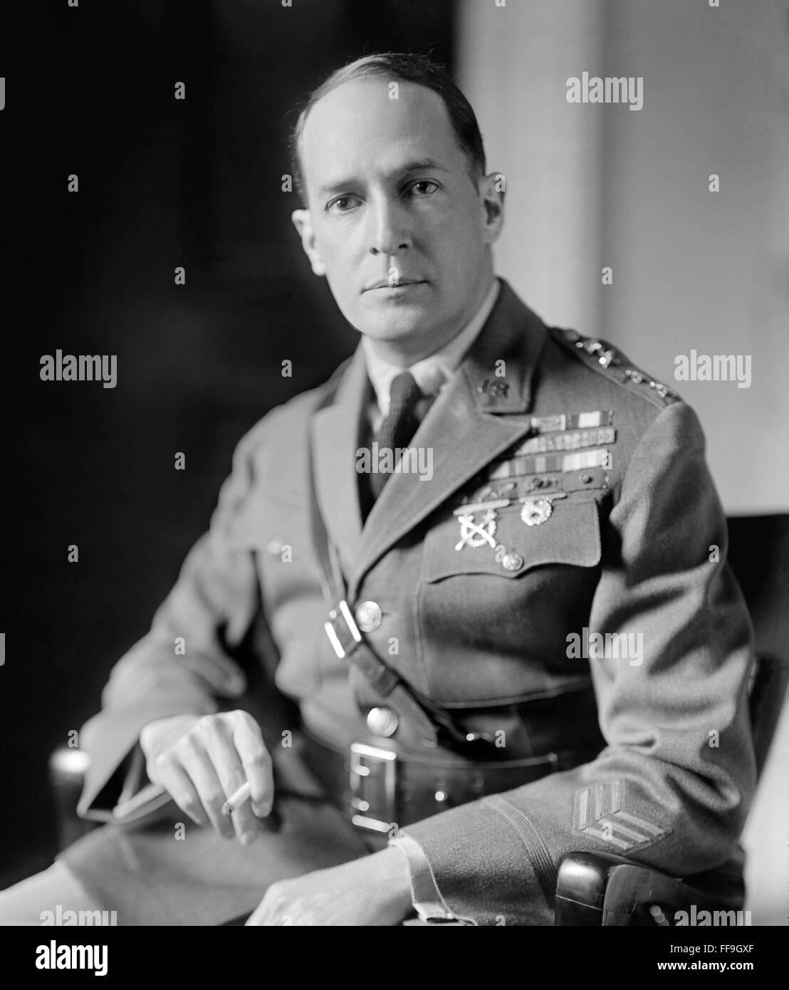 douglas macarthur Thống tướng douglas macarthur (26 tháng 1 năm 1880 - 5 tháng 4 năm 1964) là một danh tướng của hoa kỳ và là thống tướng quân đội.