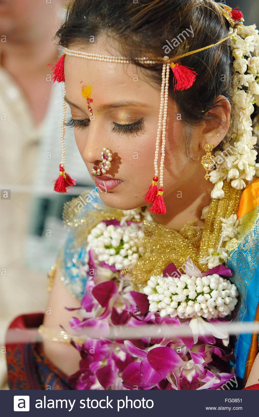 Bride wearing flower garlands and gold jewellery in Indian Hindu ...