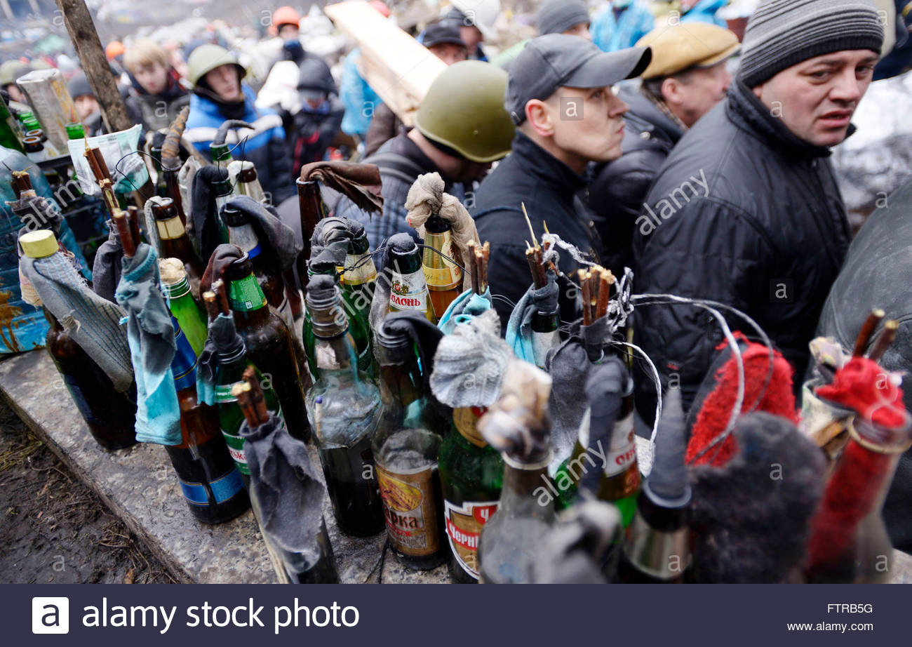http://c8.alamy.com/comp/FTRB5G/molotov-cocktails-are-seen-at-the-protesters-barricade-in-kiev-ukraine-FTRB5G.jpg