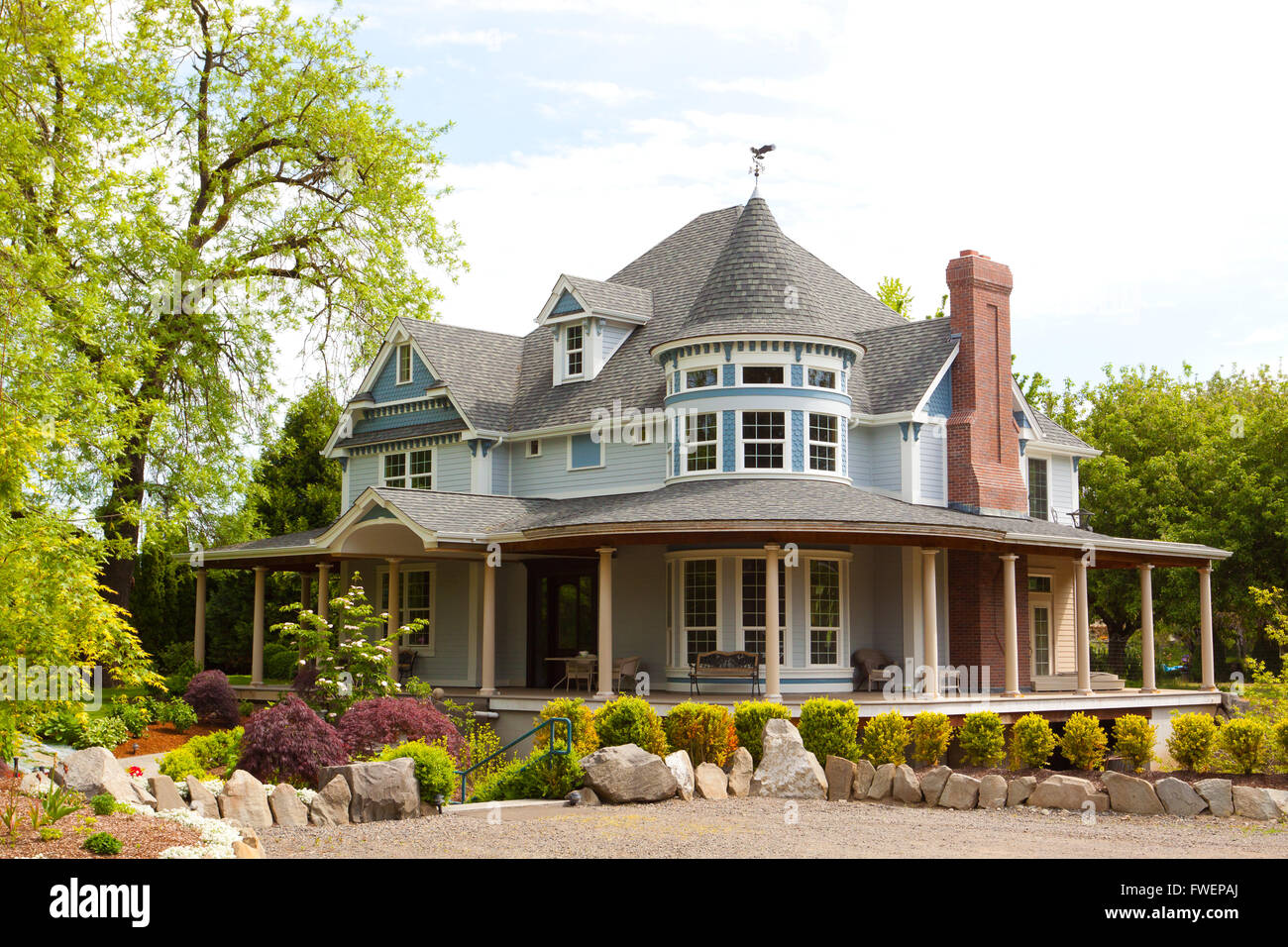 Large victorian style house in eugene oregon with a for Building a home in oregon