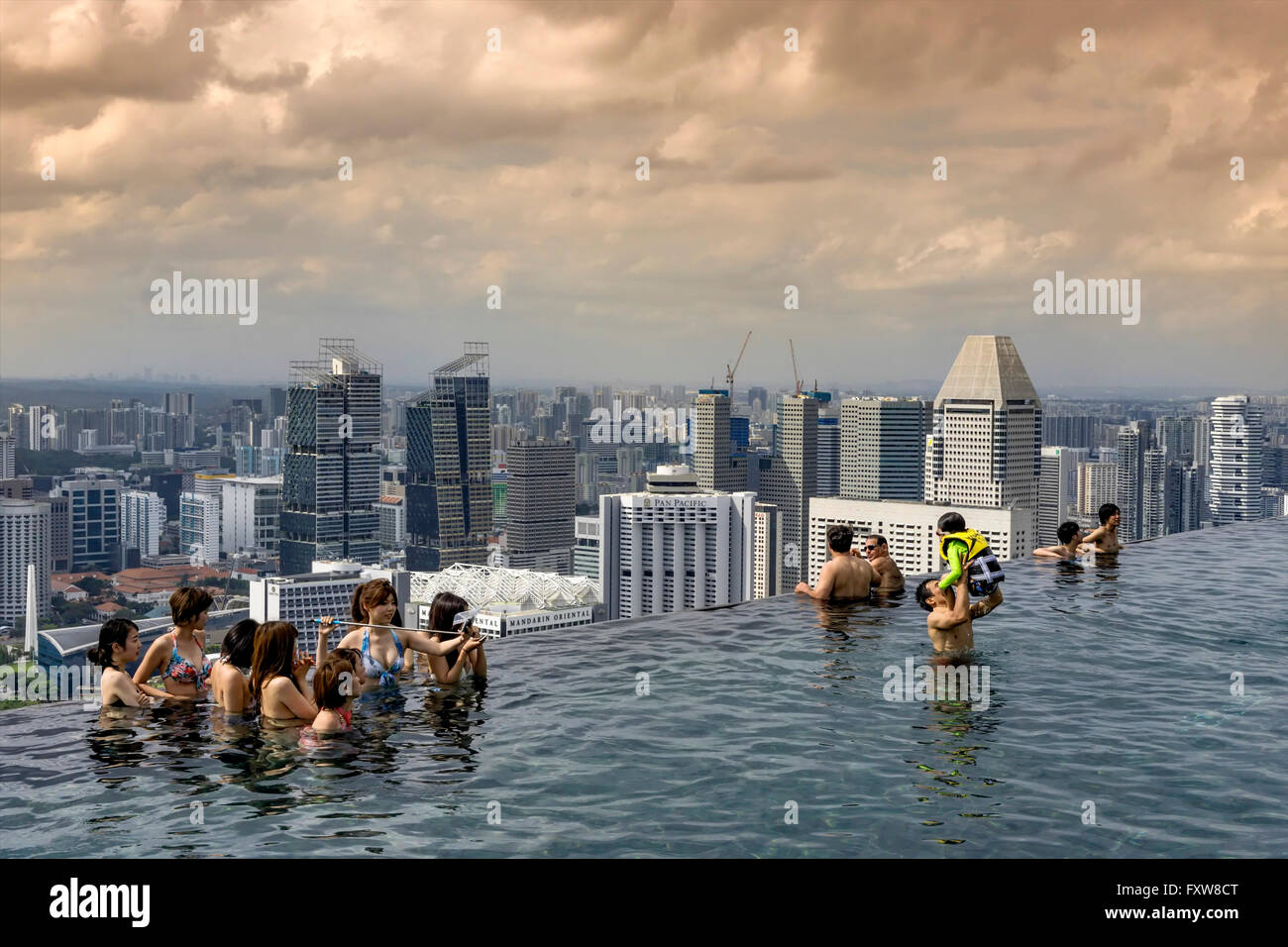 marina bay sands infinity pool roof terasse marina bay stock photo royalty free image. Black Bedroom Furniture Sets. Home Design Ideas