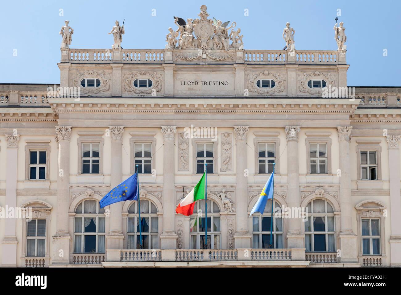 Flags at the palazzo del lloyd piazza unita d 39 italia for Piazza del friuli