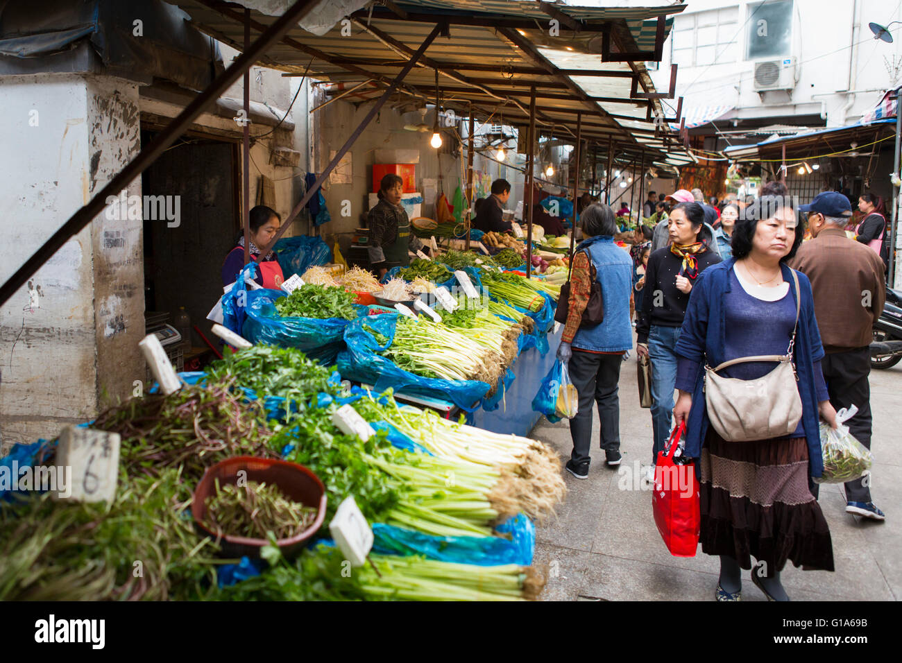Chinese people shopping at the outdoor food market with for Shopping in cina
