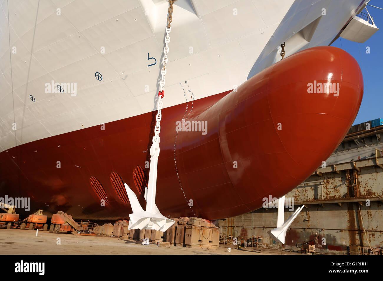 bulbous-bow-ship-mooredanchor-chain-on-a