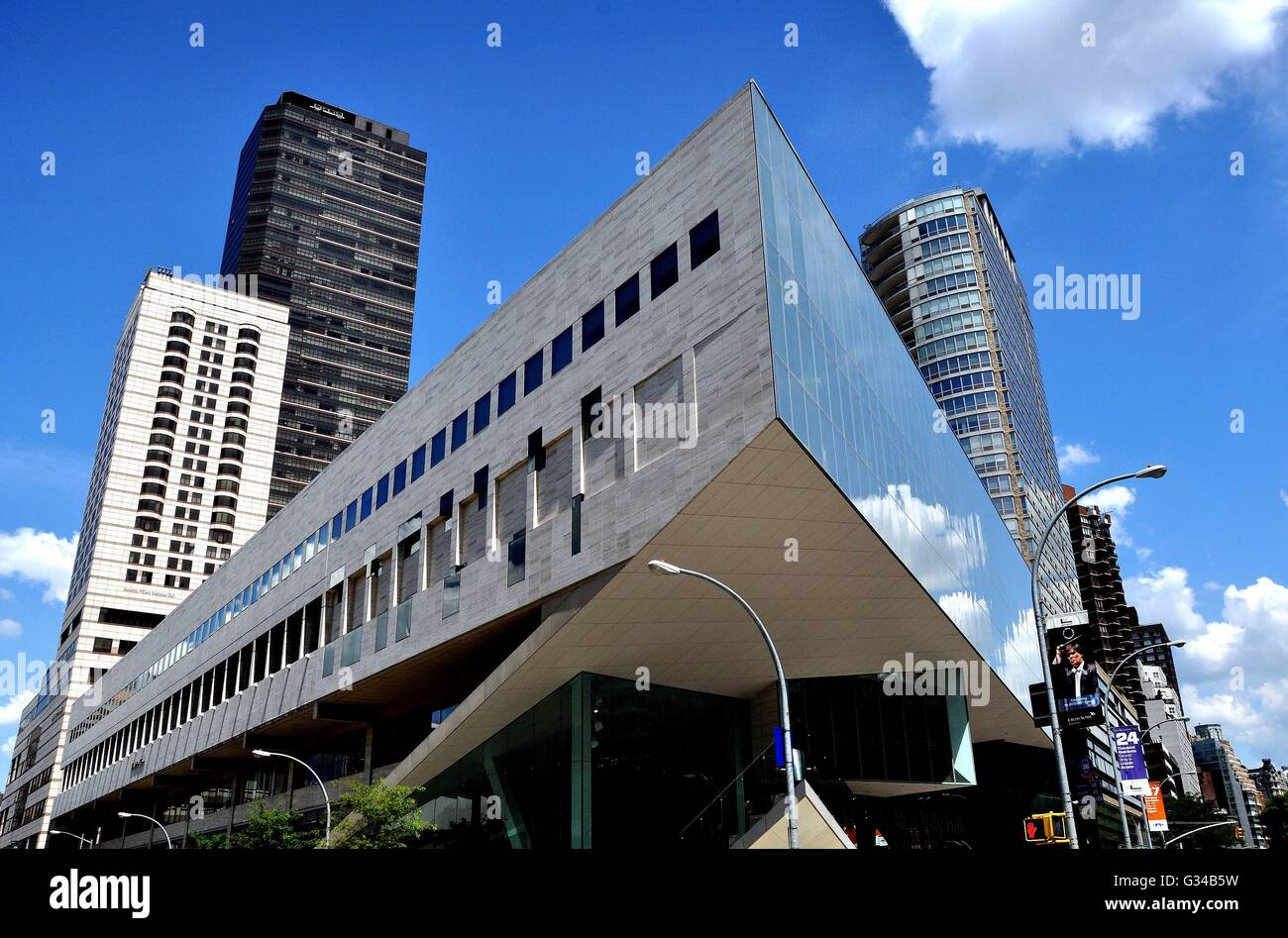 juilliard school A few weeks ago, chinese first lady, peng liyuan, visited the juilliard school in  new york for the announcement by the school's president,.