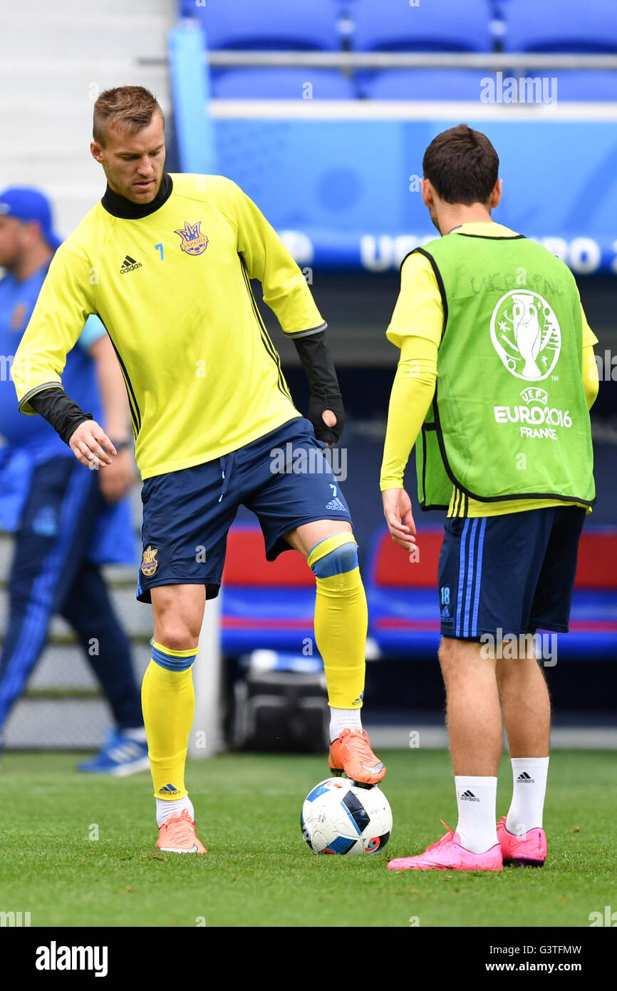 Andriy Yarmolenko L in action during a training session of the