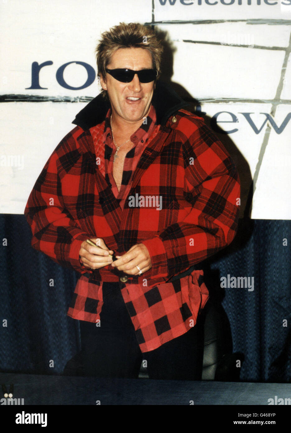 LONDON : 7/11/96 : ROD STEWART AT TOWER RECORDS IN PICCADILLY ...