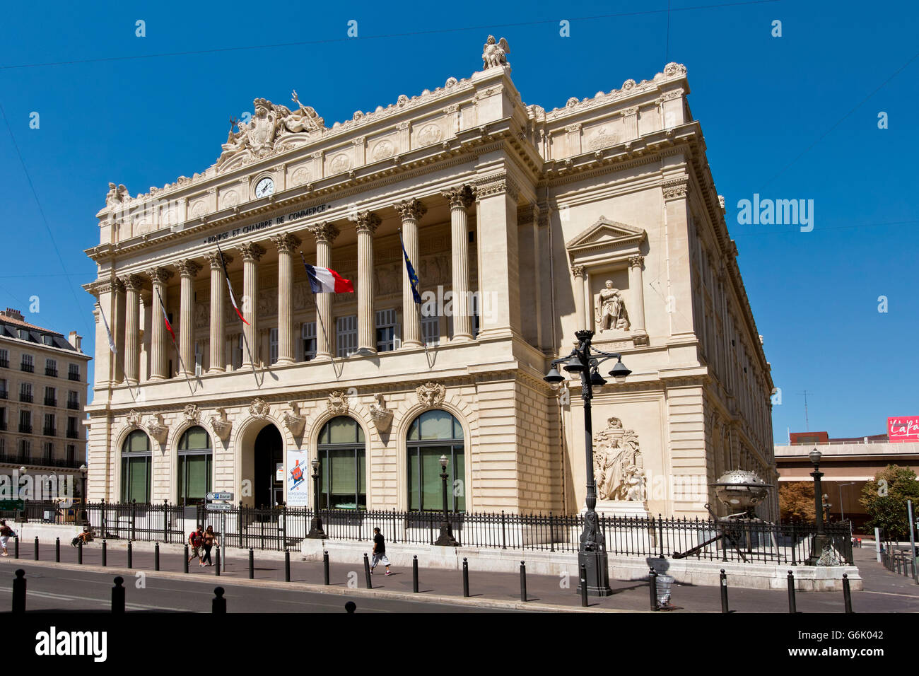 The palais de la bourse houses the chambre de commerce et for Chambre de commerces