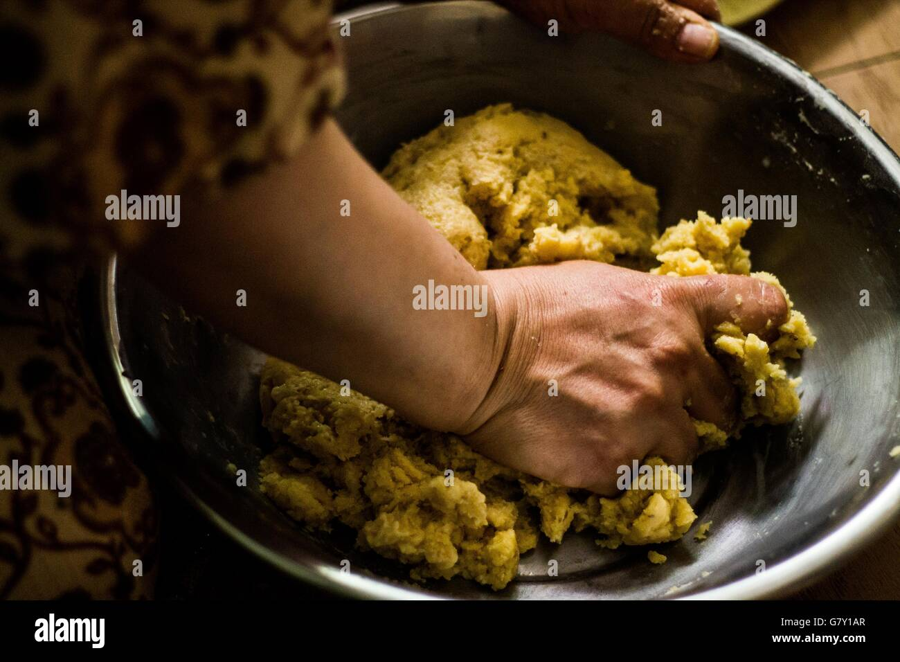Fantastic Egyptian Eid Al-Fitr Food - egypt-27th-june-2016-egyptian-woman-make-cookies-and-snacks-in-preparation-G7Y1AR  HD_519 .jpg