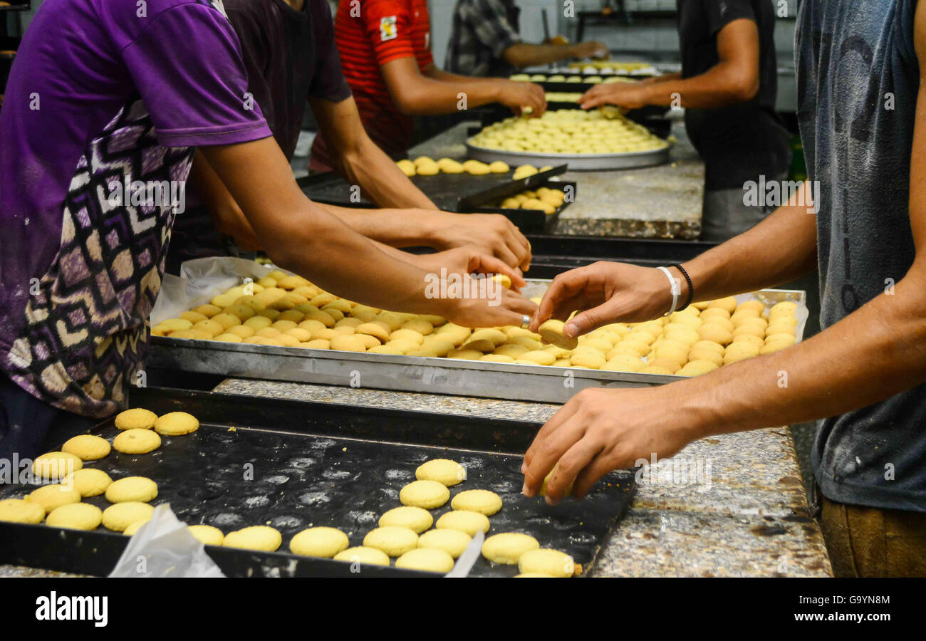 Popular Egyptian Eid Al-Fitr Food - cairo-egypt-16th-july-2015-egyptian-bakers-prepare-date-filled-mini-G9YN8M  You Should Have_70246 .jpg