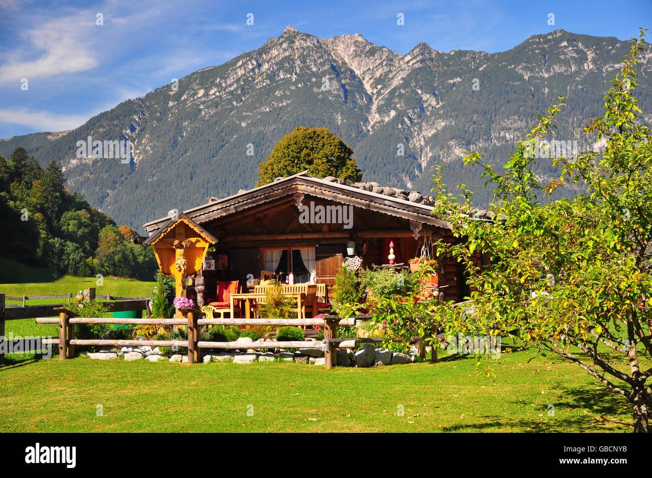 Holzhaus, Gartenhaus, Kruzifix, Kramer, Bayern Stock Photo