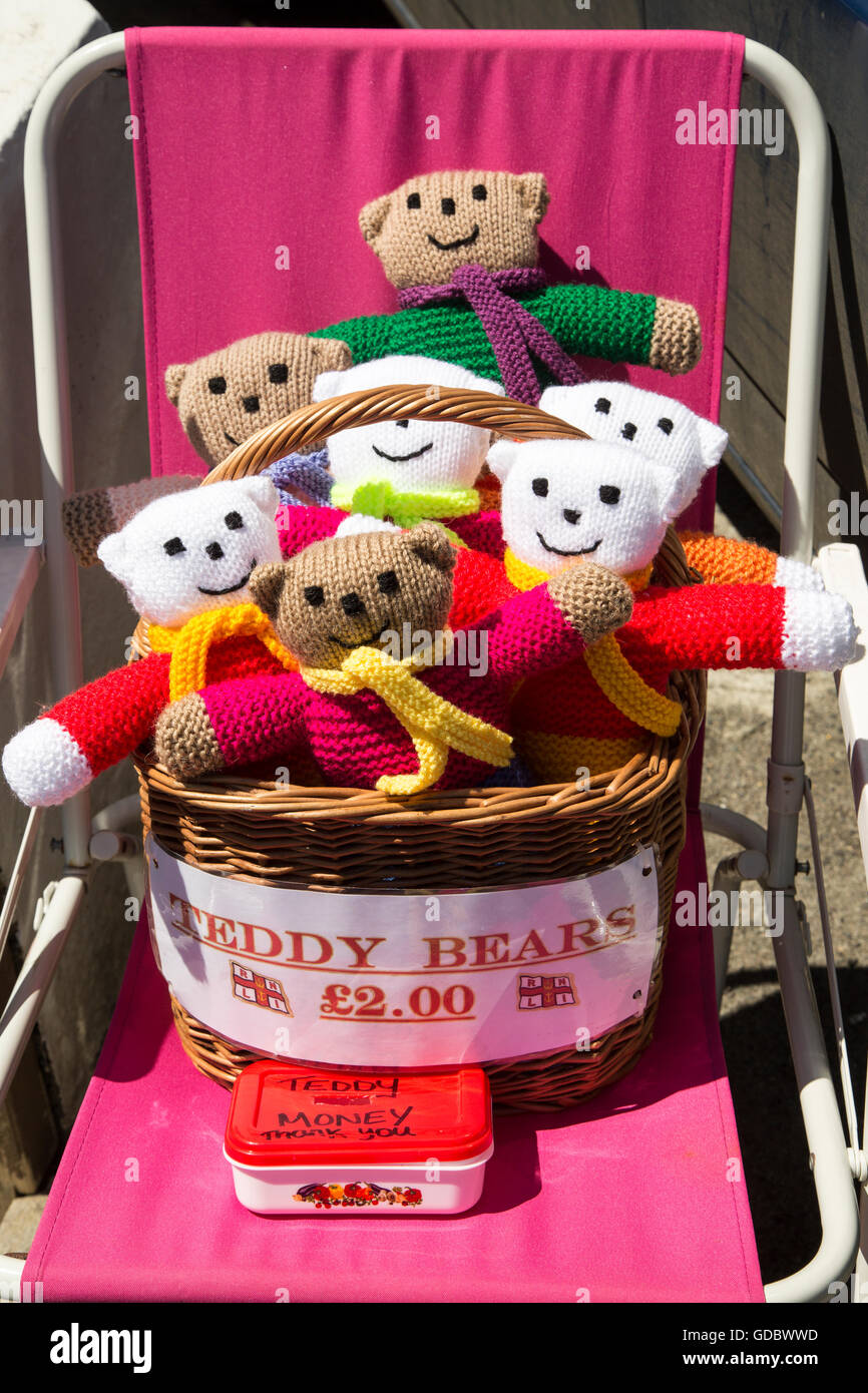 Homemade woollen teddy bears for sale with honesty money box stock homemade woollen teddy bears for sale with honesty money box cornwall england uk sciox Images