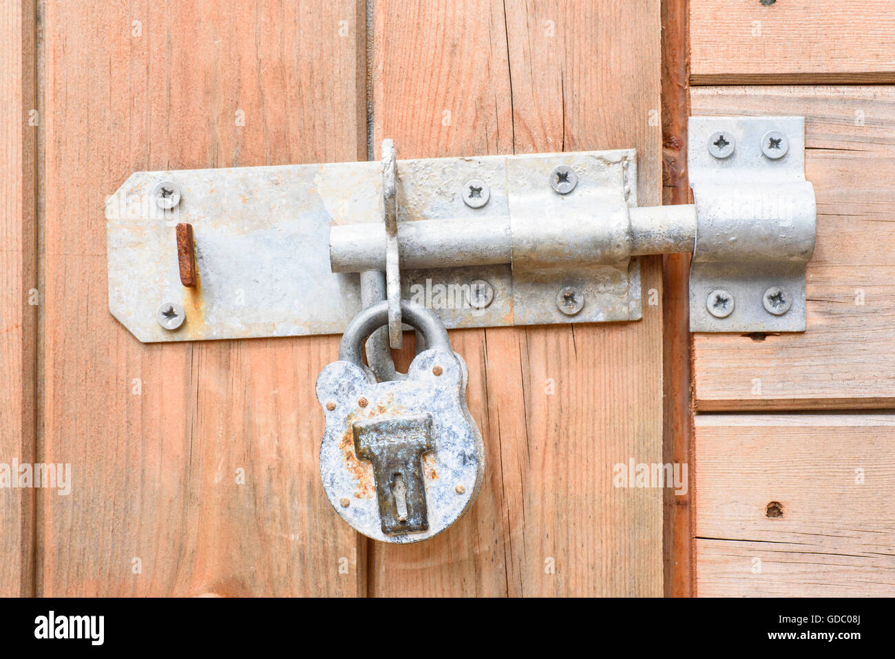 Heavy duty bolt and padlock on a wooden shed door - Stock Image & Padlock Bolted Door Stock Photos \u0026 Padlock Bolted Door Stock Images ...