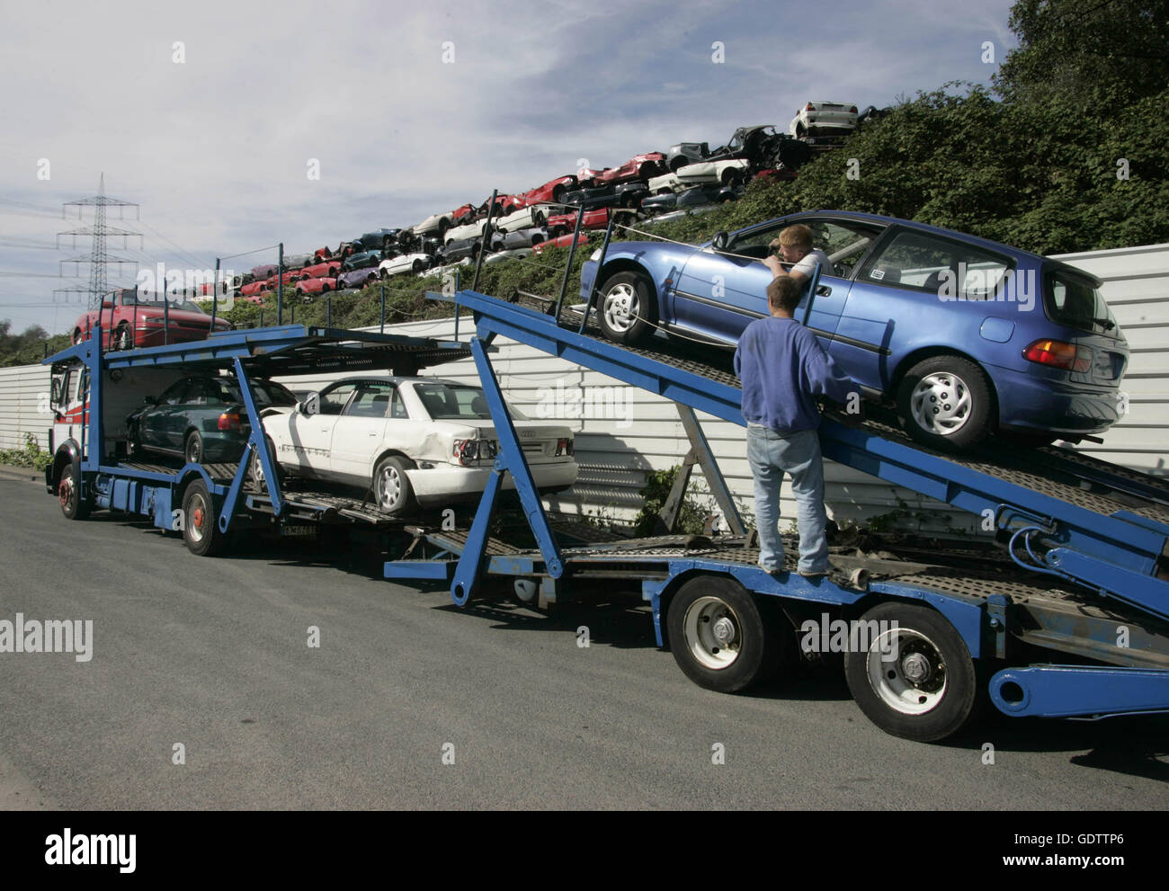 Loading of used, accident damaged vehicles on a car carrier ...