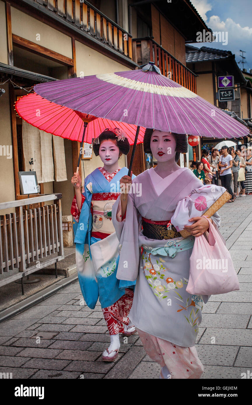 Geisha and maiko (geisha apprentice) in Hanamikoji dori Stock Photo...