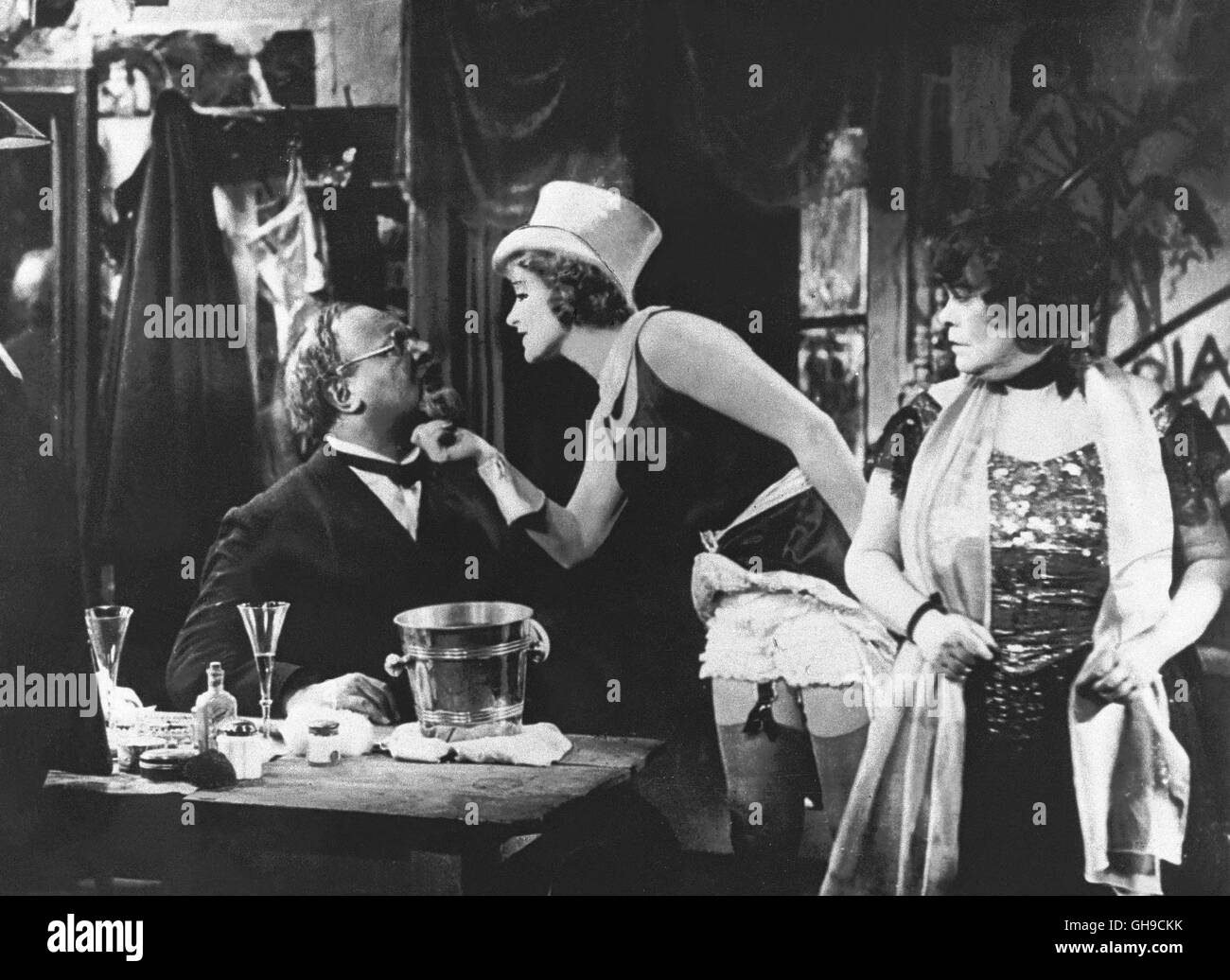 der blaue engel d 1930 josef von sternberg szene mit emil jannings stock photo 113918887 alamy. Black Bedroom Furniture Sets. Home Design Ideas
