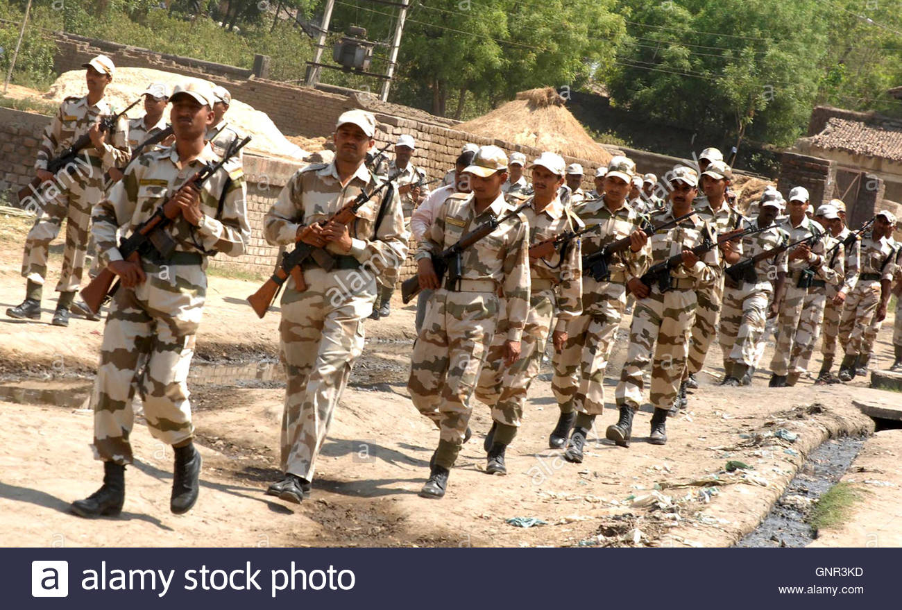 indo tibetan border police personnel patrol a road in jehanabad in the eastern indian state of bihar april 15 2009 at least 20 people were killed in - Bordre Bad Bilder