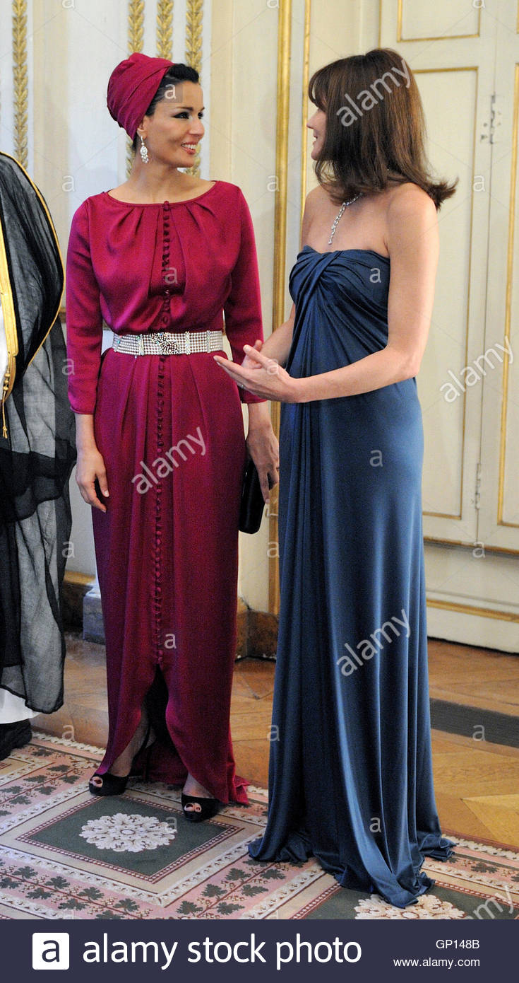 Qatar s first lady sheikha mozah bint nasser al misned l speaks with france s first lady carla bruni sarkozy before a dinner at the elysee palace in paris