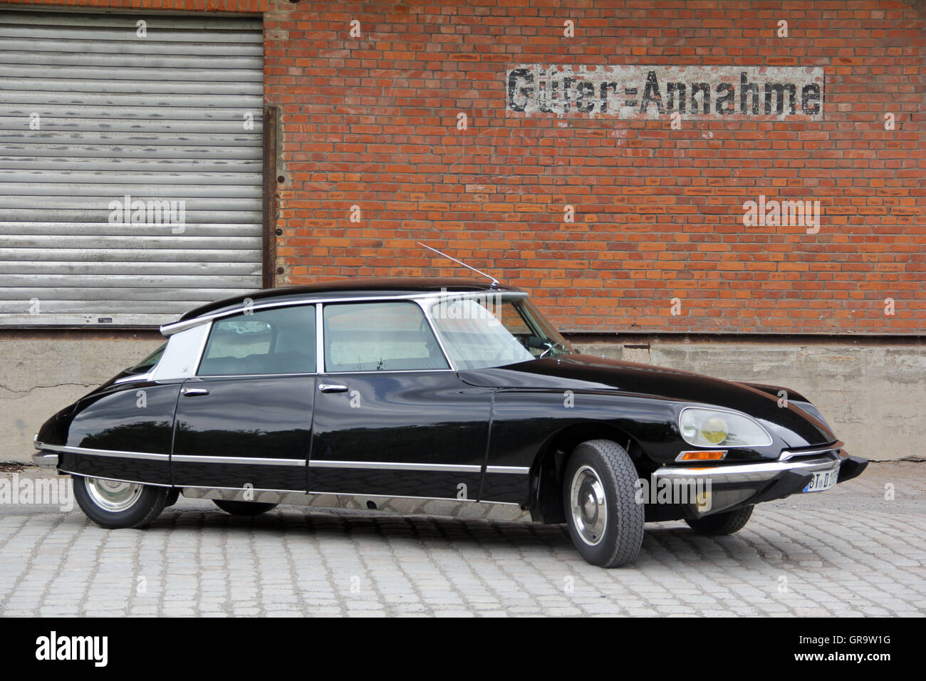 oldtimer citroen ds 21 pallas stock photo royalty free image 117616508 alamy. Black Bedroom Furniture Sets. Home Design Ideas