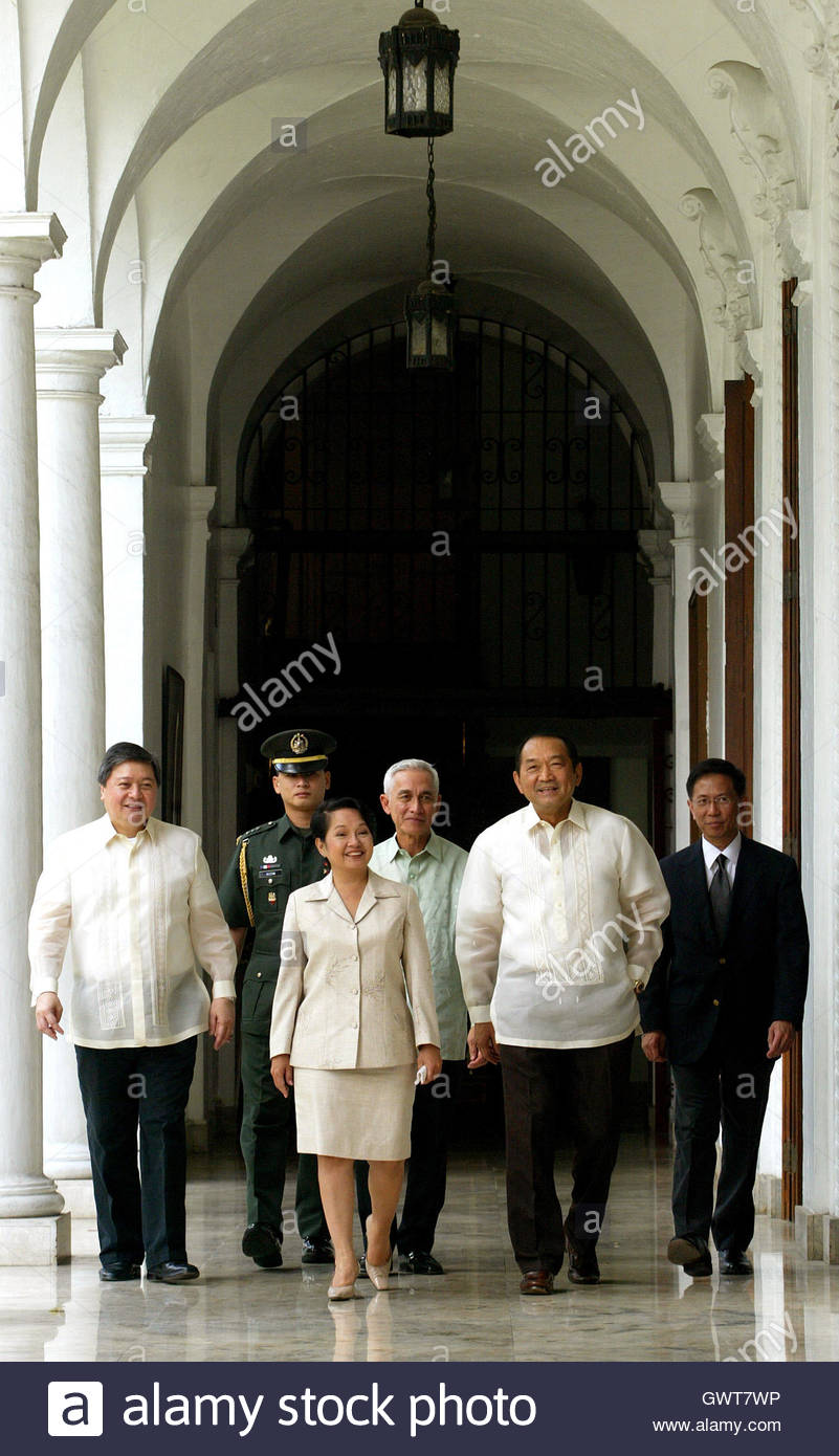 Us Cabinet Secretaries Philippine President Gloria Macapagal Arroyo Walks With Cabinet